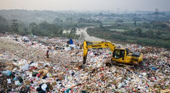 https://www.pexels.com/photo/yellow-excavator-on-piles-of-trash-3174350/